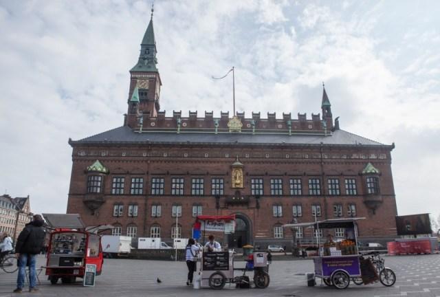 김희욱 대표가 코펜하겐시청 광장에 자전거 노점 자리를 잡고 장사 중인 모습