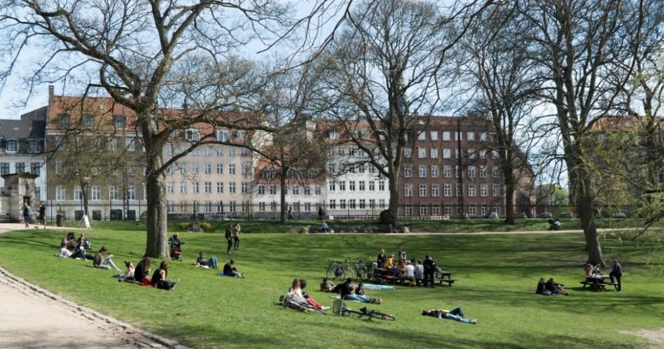 평일 낮 코펜하겐 시내 공원에서 여유를 만끽하는 시민 (촬영: 안상욱)