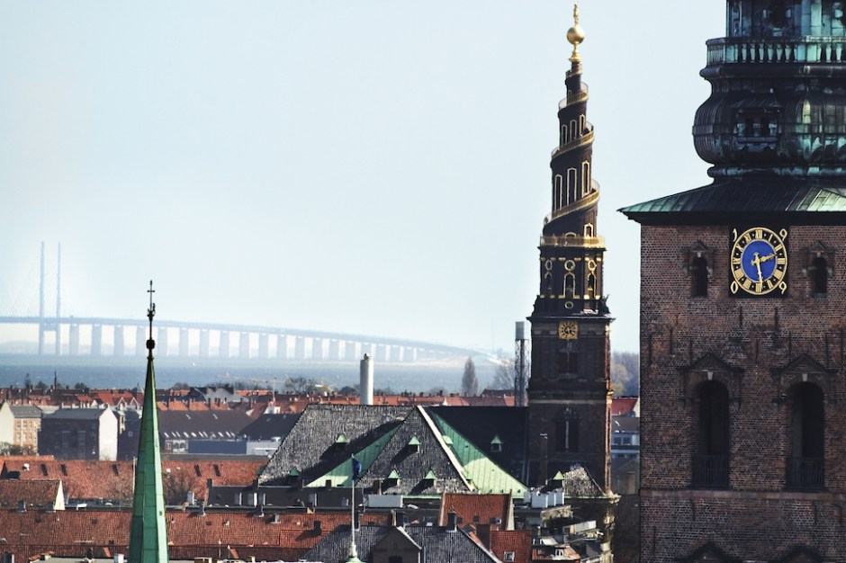 코펜하겐의 아담한 스카이라인 너머로 덴마크와 스웨덴을 잇는 외레순 대교가 보인다(코펜하겐관광청 제공)