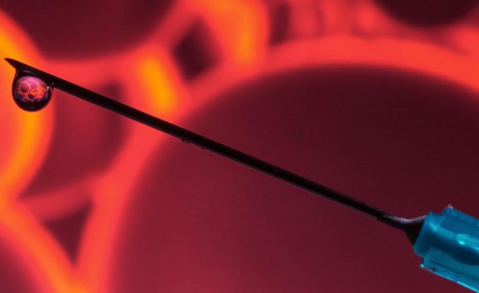 혈액 세포와 주사기(출처: 플리커 CC BY-SA brian)