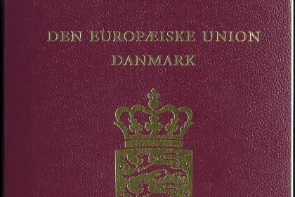 덴마크 여권 표지(출처: 위키미디어커먼즈)