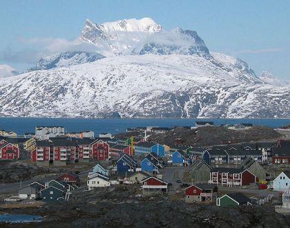 그린란드 수도 누크(Nuuk)와 세르 미 티끄 산(Sermitsiaq) (출처: 위키미디어커먼즈 CC PD Oliver Schauf)
