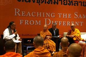 Sua Santidade o Dalai Lama e estudiosos buddhistas tailandeses durante o debate, em Nova Delhi, Índia, em 15 de dezembro de 2012. Foto / Jeremy Russell / OHHDL