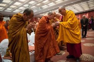 Sua Santidade o Dalai Lama saudou os membros da comunidade monástica tailandesa na sua chegada ao segundo dia do diálogo com estudiosos buddhistas tailandeses em Nova Delhi, Índia, em 16 de dezembro de 2012. Foto / Tenzin Choejor / OHHDL