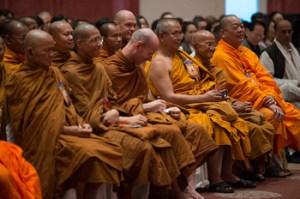 """Membros do público ouvindo a discussão sobre """"Alcançando o Mesmo Objetivo por Diferentes Caminhos?"""" com Sua Santidade, o Dalai Lama, e eruditos buddhistas tailandeses, em Nova Delhi, Índia, em 16 de dezembro de 2012. (Foto Tenzin Choejor/OHHDL)"""
