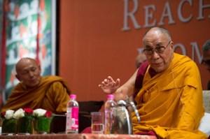 """Palavras de Sua Santidade o Dalai Lama num diálogo com professores buddhistas tailandeses sobre: """"Alcançando o Mesmo Objetivo a partir de Diferentes Caminhos?"""" em Nova Delhi, Índia, no dia 16 de dezembro de 2012. Foto/ Tenzin Choejor/ OHHDL."""