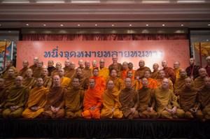 """Sua Santidade o Dalai Lama com os membros da comunidade monástica tailandesa que participaram na discussão sobre """"Alcançando o Mesmo Objetivo a partir de Diferentes Caminhos?"""" em Nova Deli, Índia, em 16 de dezembro de 2012 (Photo/Tenzin Choejor/OHHDL)."""