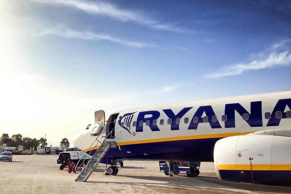 letadlo Ryanair na letišti