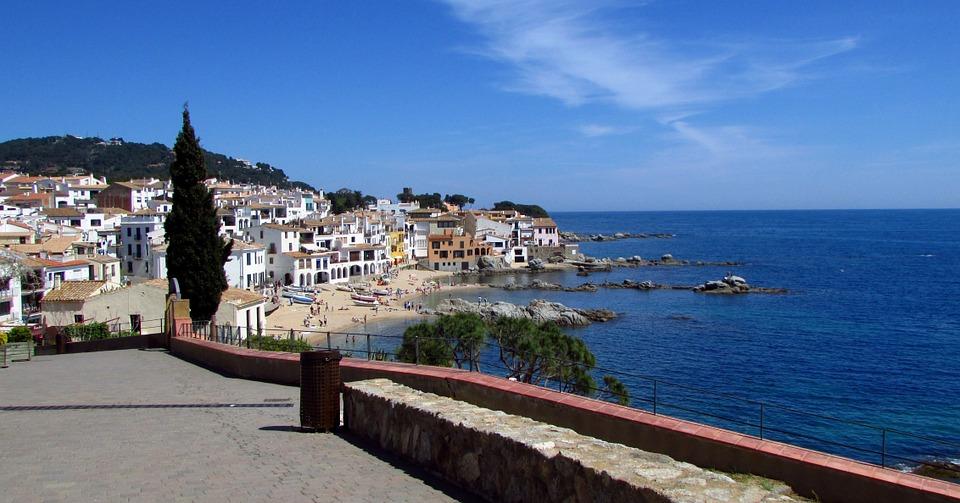 pláž a moře u města Calella, Španělsko
