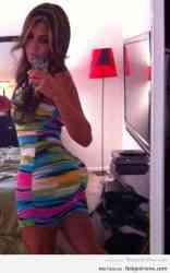 Milf sabrosa en minifalda multicolor