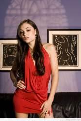 Sasha Grey en sexy vestido rojo y pose desafiante