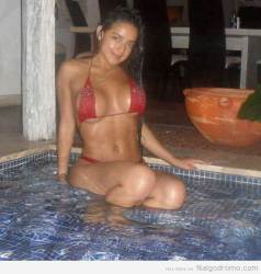 La divina Alejandra Bordamalo en la piscina