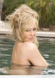 Julia Ann, sexy en la alberca