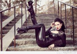Sister Sinister pose sexy en las escaleras