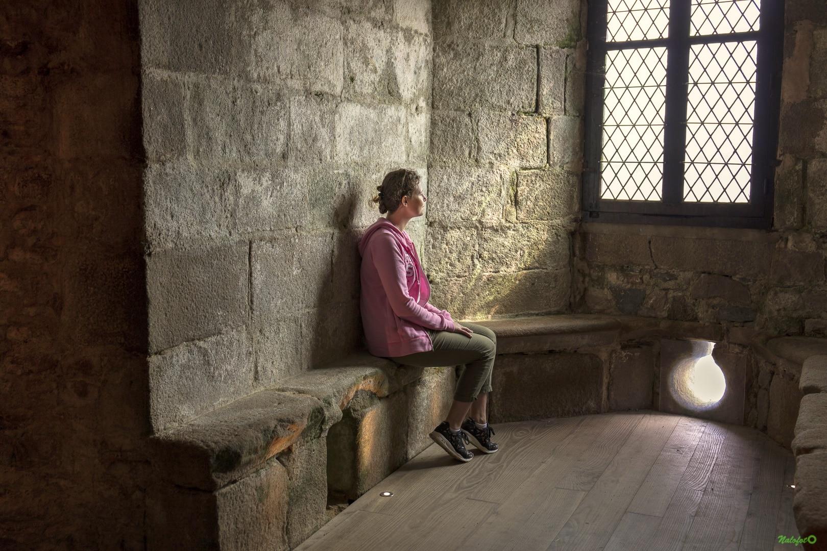 Nolwenn dans la tour du Fort la Latte