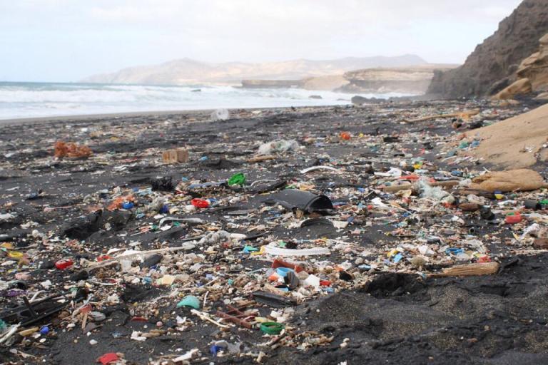 Plastikmüll am Strand von La Pared nach einem Unwetter