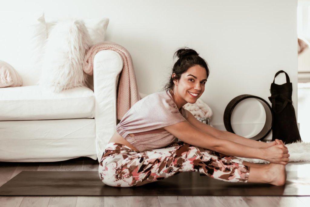 Routine de yoga pour étirer les ischio-jambiers | Namasté & Coco Latté