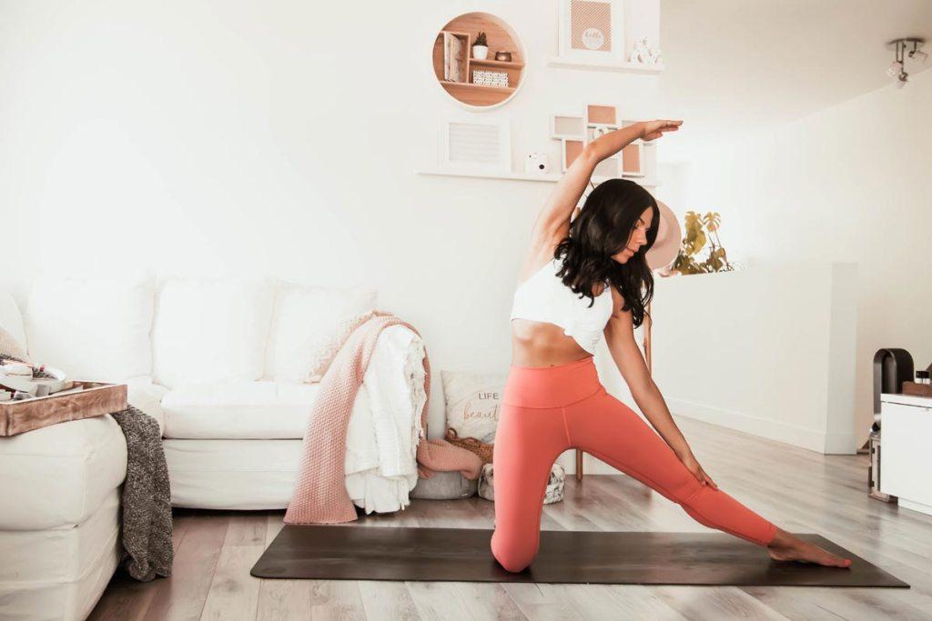 Routine de yoga: flexion latérales et ouverture des hanches | Namasté & Coco Latté