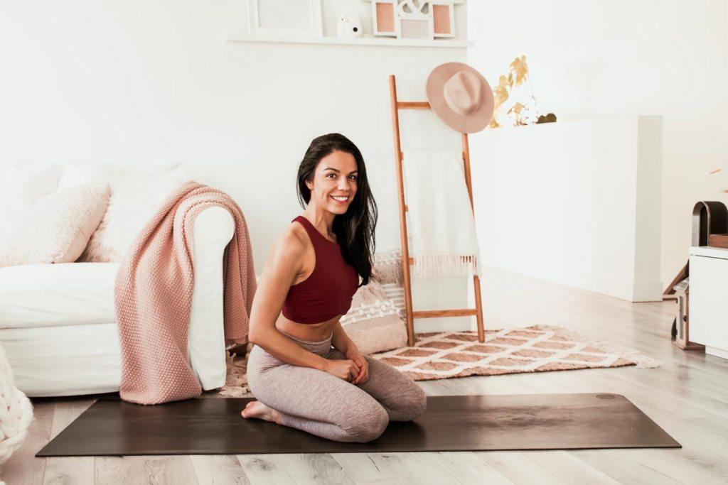 Routine de yoga matinale et énergique de 10 minutes | Namasté & Coco Latté