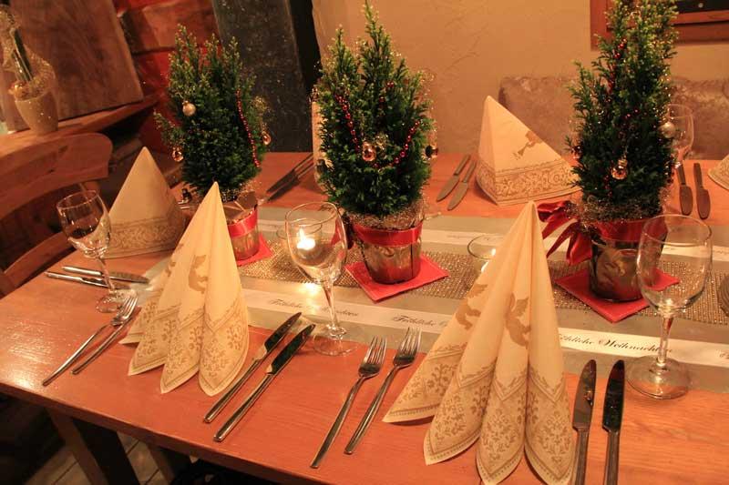Tischdeko fr Weihnachten mit bedrucktem Schleifenband