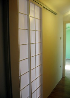 Elegantna bela klizna vrata
