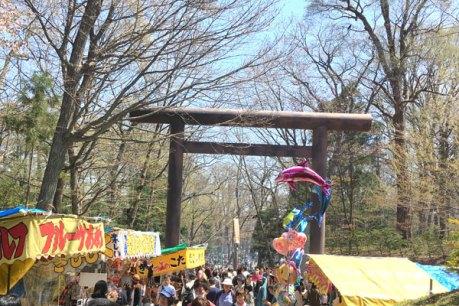 神宮から円山に続く小道はお祭りの風情