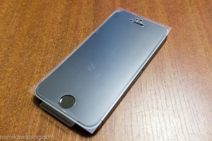 パワーサポート・衝撃吸収アンチグレアフィルムセット for iPhone5s/5 PJK-08 貼り付け前の位置合わせ