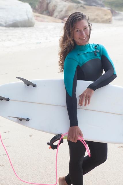 ウェットスーツのサーフィン女子