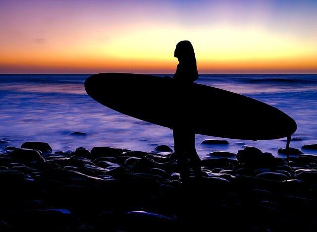 深キョンがドローン撮影のサーフィン映像を公開