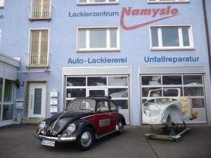 Kundenfahrzeug (rechts) neben VW Käfer von Thomas Namyslo (links)