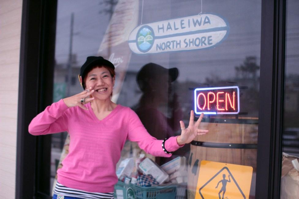 ハワイのHANG LOOSE(親指と小指を広げ前後に揺らすやつ)してるつもりですが出来てません。