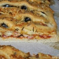 Fougasse rapide à la tomate ,au romarin, au jambon et au comté