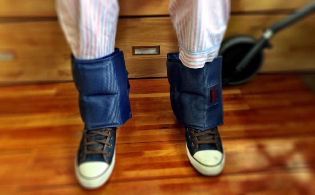 足首にウェイトを装着してリハビリを行います