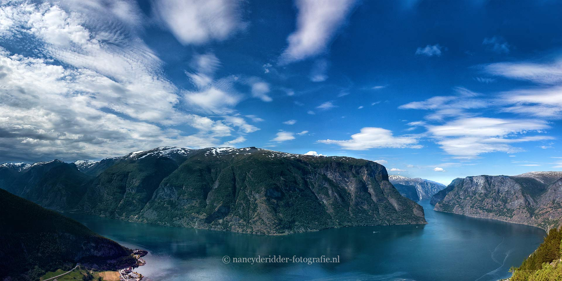 Vanaf het Stegastein uitzichtpunt kijk je over het Aurlandsfjord