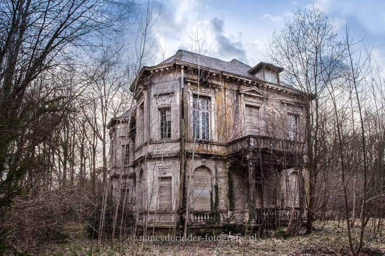 Villa Beemwee, BMW, urbexlocatie, vervallen auto