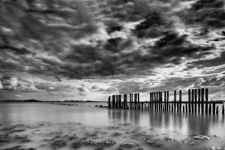 paaltjes-zeeland, zwartwit, dreigende-lucht