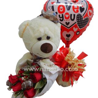 ramo de rosas con fresas de chocolate y peluche