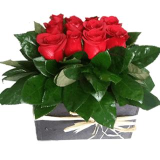 Arreglo de rosas rojas para escritorio