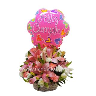 Arreglo floral rosado para cumpleaños