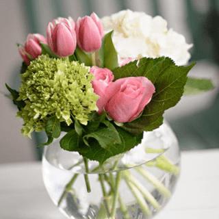 Arreglo floral en pecera tonos rosado