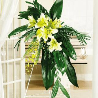 Tributo floral en tripode con lirios