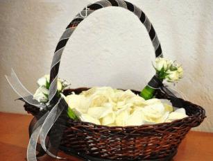 Canasta de pétalos para boda