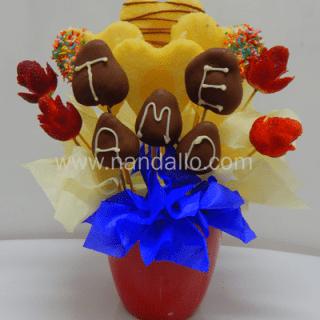 Arreglo Frutal con piña y fresas en forma de flor