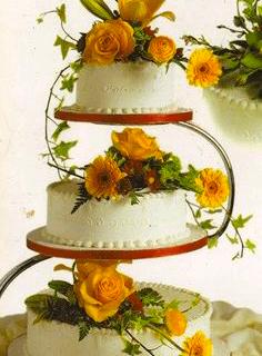Decoración de queque con flores naturales amarillas