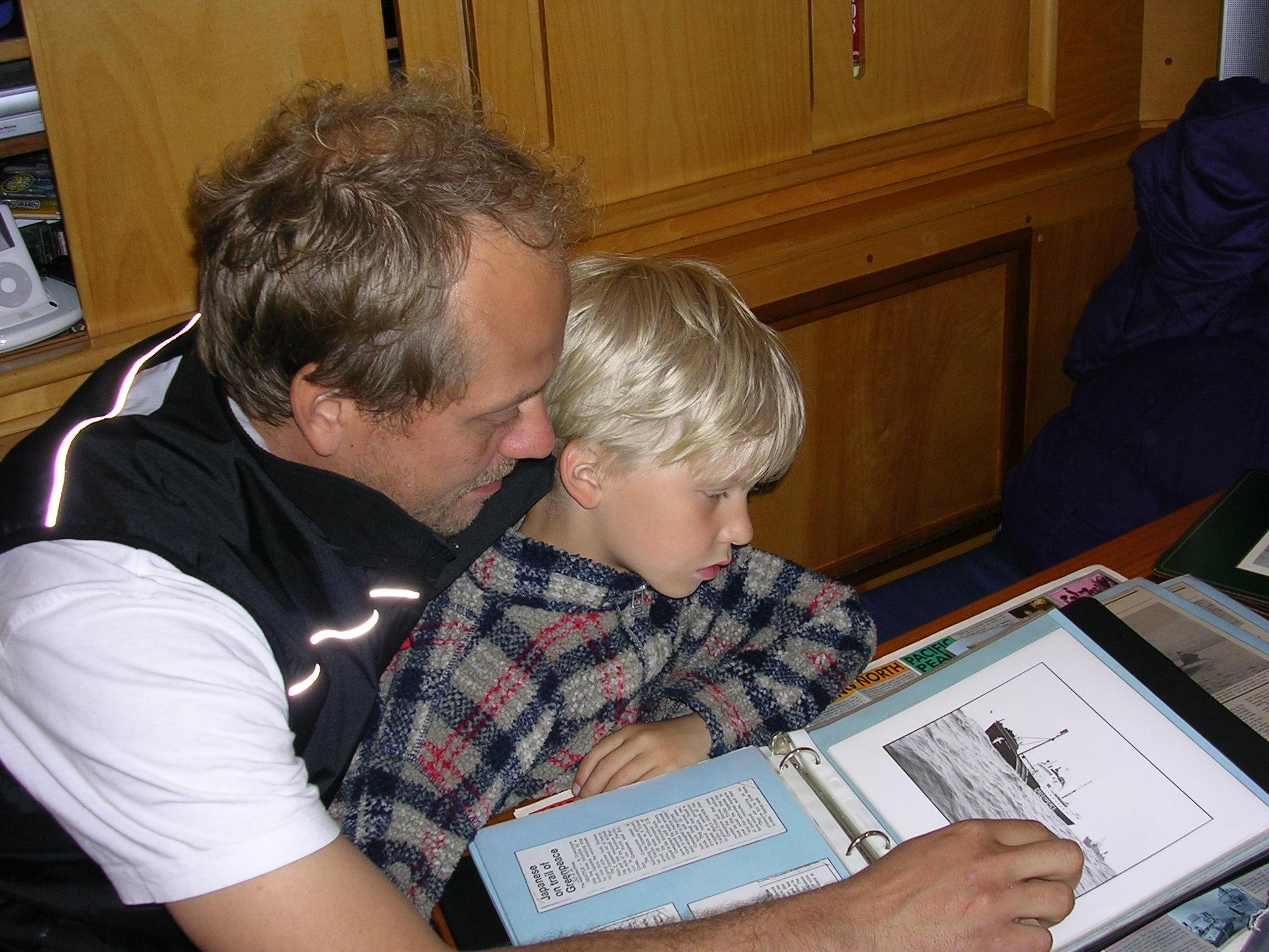 Jussi ja Otso tutkivat Rickin valokuvakansiota.