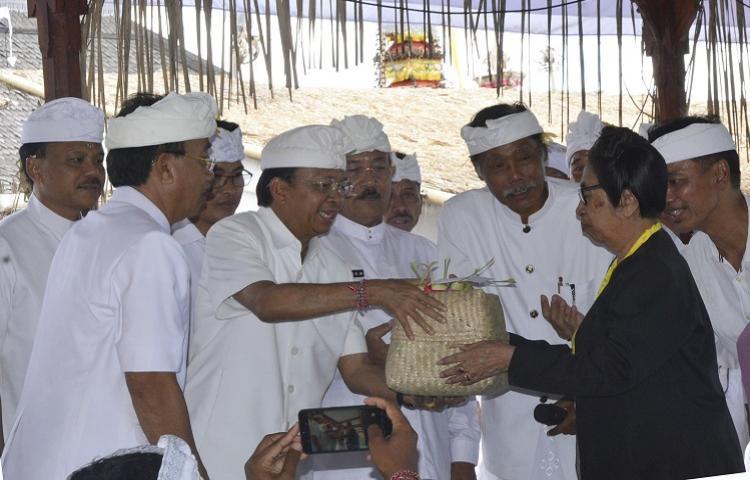 Gubernur Koster Ikuti Prosesi Rsi Bujana Karya Panca Wali Krama Pura Lempuyang Madya