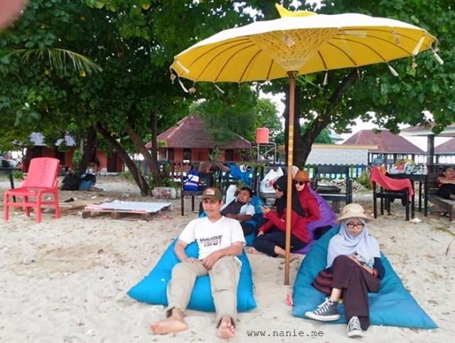 Bersantai sejenak di Pulau Kayangan