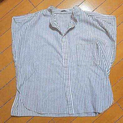 白地に縦じまのシャツ