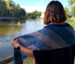 patron tricot écharpe femme bleue originale