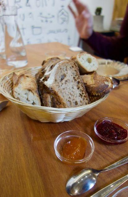 pain et confiture de fruits sur une table en bois